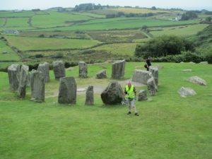 De Drombeg steencirkel met de enkele platte steen, typisch voor de steencirkels uit deze streek.