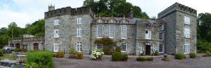 Het 18de eeuwse kasteel Drishane House in Castletownshend gelegen aan een fraaie baai met vissersbootjes en zeiljachten.