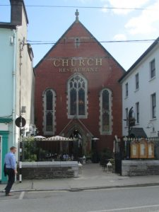 Het markante Church Restaurant in Skibbereen, waar we lekker dineerden.