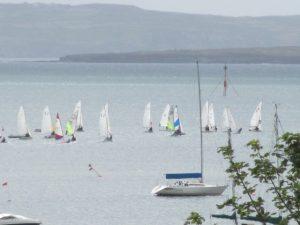 """Schull is geliefd door watersporters. Het ligt aan de Roaringwater Bay met zijn """"duizend"""" eilanden."""