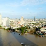Panorama op Bangkok en de Koningsrivier vanaf het Chatrium Riverside Hotel.