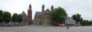 Panorama op Vrijthof met de St Janskerk, St Servaasbasiliek en Hoofdwacht.