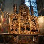 Het St Agilulfus altaarstuk in de Dom werd rond 1520 in Antwerpen gemaakt.