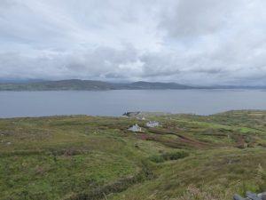 Zicht vanop de kustweg op Dunmanus baai en Sheep's Head schiereiland.