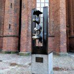 Het mooie beeld van de Bremer Stadsmuzikanten bij de Sint Petruskerk is een geschenk van de Hanzestad Bremen aan haar zusterstad Riga.