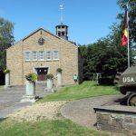 De kerk van Beffe. Ernaast de Amerikaanse tank ter ere van de gesneuvelden in de slag om de Ardennen