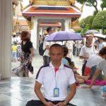 Onze 'duracell' gids Wit aan het mediteren in het Koninklijk Paleis.