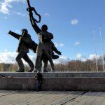 Bernard aan het Zegemonument dat in 1985 door de Russen werd gebouwd als tegengewicht op het populaire Letse Vrijheidsmonument aan de overkant van de rivier. Dat zorgt nog altijd voor wrevel tussen Letten en Russen.