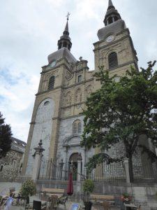 De Sankt Nikolaus kerk (1727) met zijn twee hoog oprijzende torens met sierlijke barokke spitsen (Eupen).