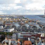 Panorama vanaf het uitzichtsplatform van de Sint Petruskerk op de Moskowse voorstad. Vlnr de Academie der Wetenschappen, de Centrale Markt in de voormalige zeppelin hangaars, de rivier Daugava en de markante televisietoren.