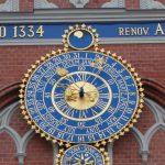Het indrukwekkende astronomische uurwerk op de facade van het Zwarthoofdenhuis toont de dierenriem, de maanfasen, de tijd en de datum.