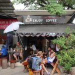 Genieten van een heerlijk kopje koffie bij 'Lucy Liu' aan de drijvende markt van Damnoen Saduak.