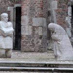 In de Oude St Albanuskerk staat een kopie van het Treurende Ouderpaar van Käthe Kollwitz.
