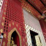 In de Wat Panang Choeng zijn naast een indrukwekkende zittende Boeddha nog duizenden kleine Boeddhabeeldjes in de nissen te vinden.