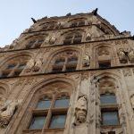Op de toren van het Rathaus prijken de beelden van 124 historische figuren, oa ook dat van Karl Marx.
