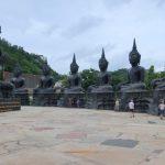 De enorme lava Boeddhabeelden in het klooster Tham Krabok, waar drugsverslaafden op een nogal onorthodoxe wijze gedetoxed worden.