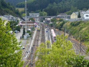 Het station van Troisvierges. Hier kunnen we de rit inkorten door de trein te nemen maar we zijn sportief en rijden door.