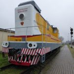 Buiten het spoorwegmuseum staan heel wat locomotieven opgesteld. De meeste zijn van Sovjet makelij; deze is een electrisch exemplaar met de beeltenis van Lenin vooraan.