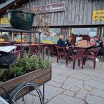 Picknick op het terras van Bar des Démineurs op de Col d'Alsace