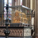 Het Driekoningenschrijn is het grootste middeleeuwse reliekschrijn en bevat meer dan 1000 edelstenen.