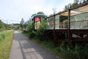 Vennbahn L48 aan het station van Kalterherberg. Hier dient een oude restauratiewagon als rustpunt voor de vele fietstoeristen.
