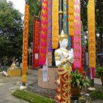 De vele vlaggen aan de Wat Phrathat Doi Tung. Doi Tung betekent namelijk vlaggestok.