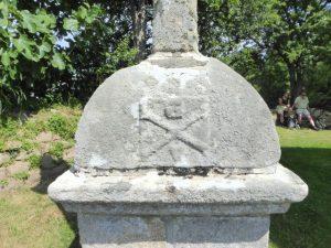 Op het kruisbeeld van de OLV kapel van Penvern staat een doodshoofd