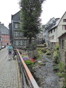 Het riviertje Rur loopt kronkelend door het schilderachtige Monschau.