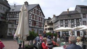We lunchen op de Markt van Monschau omringd door vele mooie vakwerkhuizen uit de 17de eeuw.