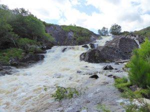 De bescheiden waterval op de Owenreagh rivier.
