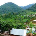 Panorama op het dorp van de zwarte Lahu. Het is oogstfeest en niemand is aan het werk.