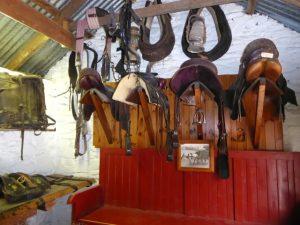 Replica van oude zadelmakerij in de openlucht tentoonstelling van de Traditional Farms uit het begin van de 20ste eeuw.