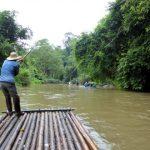 We drijven geruisloos met bamboevlotten op de rustige Ping rivier.