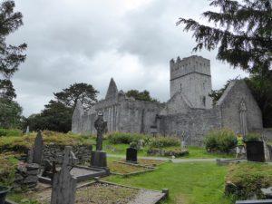 De goed bewaarde ruïnes van de 15de eeuwse Franciscaanse Muckross priorij. De begraafplaats ernaast wordt nog steeds gebruikt.
