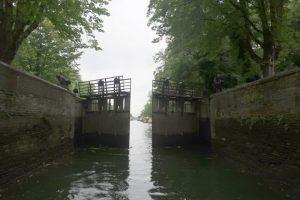 Tijdens de vaarroute door de Maastrichtse binnenhaven 't Bassin passeren we door deze handbediende sluis 19.
