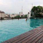 Wij relaxen in het outdoor zwembar van Le Meridien, de anderen 'genieten' van een Thaise massage.