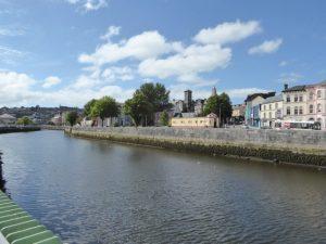 Zicht op het oude centrum van Cork gelegen tussen twee zijarmen van de Lee rivier.