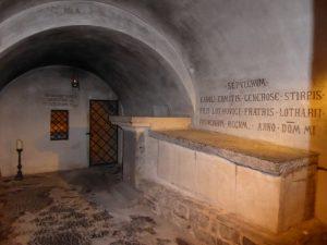 In de crypte onder de basiliek is Sint Servaas begraven.