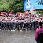 Twee groepen nieuwe studenten voeren aan de Doi Suthep om beurt een soort haka uit als onderdeel van hun doop.
