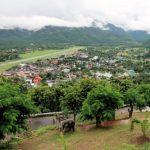 Panorama op het centrum en het vliegveld van Mae Hong Son vanop de Wat Phra That Doi Kong Mu.