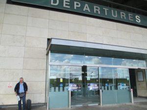 Even wachten aan de luchthaven van Cork tot Bernard zijn sigaretje heeft gerookt.