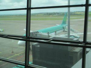 Wachten aan Gate 5 tot we kunnen boarden op ons vliegtuig naar Parijs CDG.