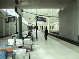 Wachten in het TGV station onder de luchthaven Parijs CDG die ons terug naar Rijsel zal brengen.