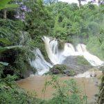 De mooie Pha Suea waterval die door de vele regen van de laatste dagen een groot debiet heeft.