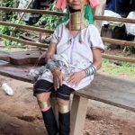 De 'giraffenek' vrouwen van de Padoung torsen tot 6 kg koperen ringen rond hun nek.