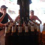 De echte bierliefhebbers bezoeken Crossroads, een bruine kroeg met een onvoorstelbare hoeveelheid prullaria.