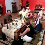 Typisch Shan diner aan lage tafeltjes op een kussen op de grond. Niet echt comfortabel voor sommmigen.