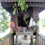 Pittoresk geestenhuisje aan het Jong Kham meer.