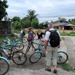 We fietsen op het platteland rond Chiang Mai door dorpen en langs rijstvelden.