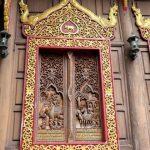 Deze tempel heeft prachtige panelen met houtsnijwerk.